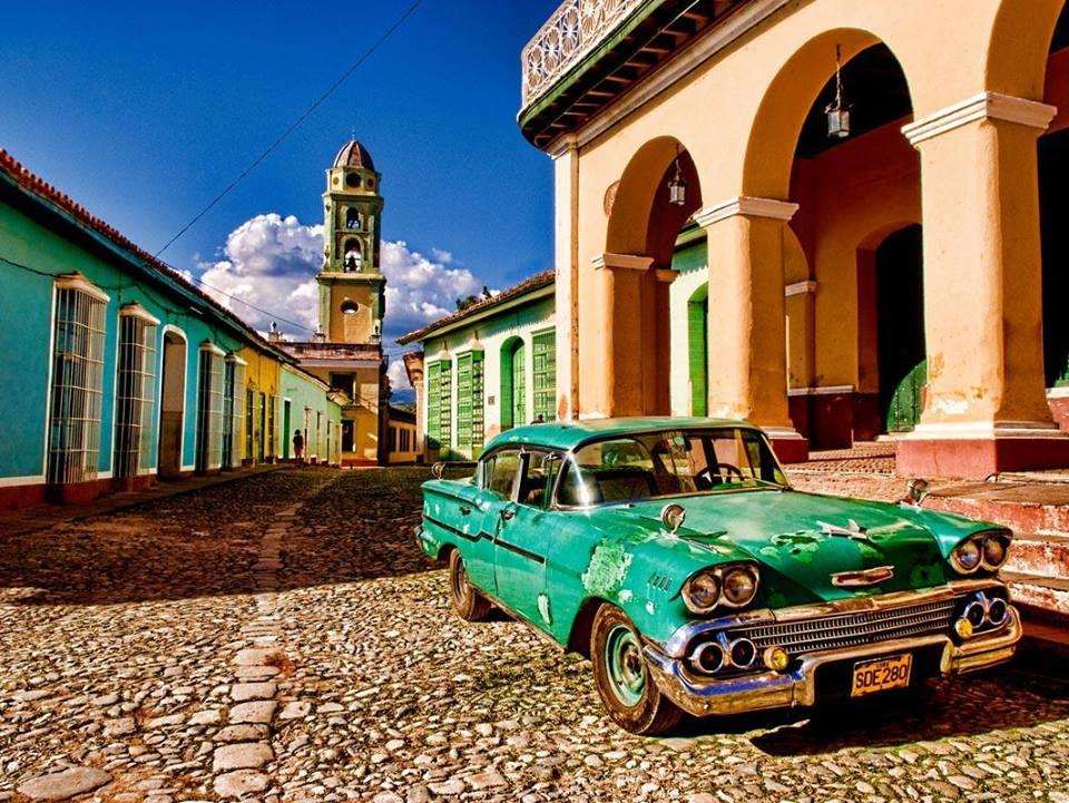 classic-car-trinidad-cobbled-street